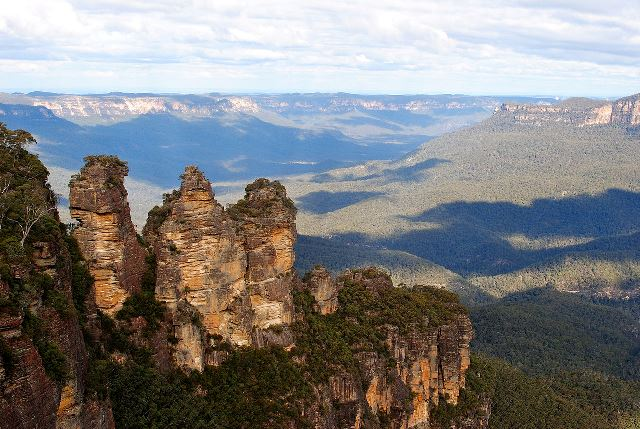 1280px-Three-Sisters-Blue-Mountains-New-South-Wales-Australia-20July2012-1.jpg